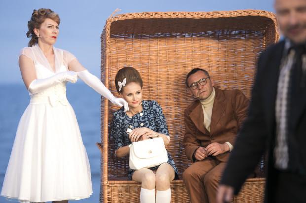 Minimalistyczną scenografię skontrastowano z wyrazistymi kostiumami autorstwa Sabiny Czupryńskiej. Na zdjęciu od lewej: Olga Barbara Długońska, Agnieszka Bała i Grzegorz Wolf.