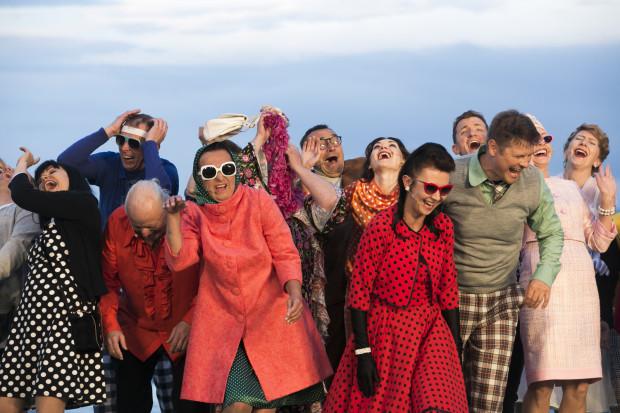 """Tradycyjnie już w premierze na Scenie Letniej bierze udział cały zespół Teatru Miejskiego w Gdyni. Aktorzy """"Jesteśmy na wczasach"""" ubrani są w kolorowe kostiumy z różnych okresów twórczości Młynarskiego."""
