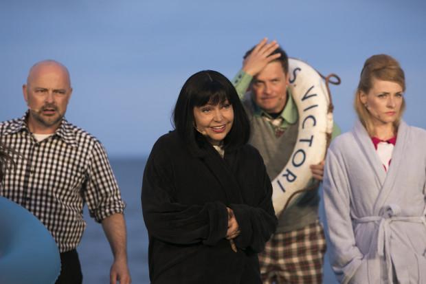 Znów wokalnie błyszczą Dorota Lulka (w środku) i Bogdan Smagacki (po lewej). Niestety ta pierwsza, wraz z Elżbietą Mrozińską, nie dostaje zbyt wielu szans na zaprezentowanie swoich umiejętności.