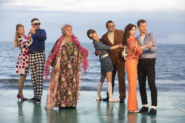 """Wśród krzykliwych kostiumów najbardziej wyróżnia się kwietna, """"hippisowska"""" kreacja Małgorzaty Talarczyk (trzecia od lewej)."""