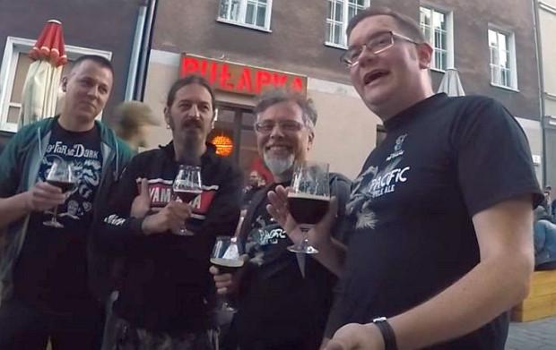 Tomasz Kopyra (po prawej), najbardziej znany piwny bloger w Polsce, regularnie odwiedza trójmiejskie puby. Na zdjęciu podczas premiery piwa Tartaruga powstałego we współpracy browaru Artezan i włoskiego Lambrate. Impreza odbyła się w gdańskim pubie Pułapka.