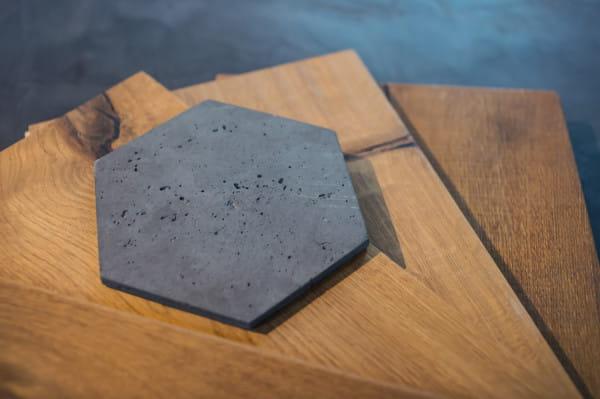 Beton i drewno są nieodłącznymi elementami industrialnych wnętrz.