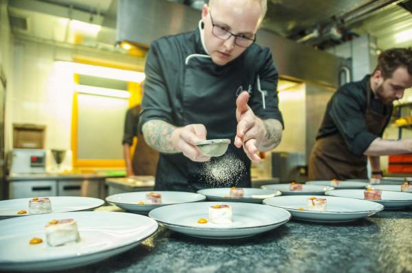 """Piotr Ślusarz - jedna z gwiazd pierwszej edycji """"Top Chefa"""". Do niedawna szef kuchni lokalu Open Kitchen w Gdyni."""