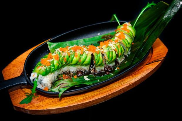 Najnowszą pozycją w karcie New Kansai Sushi jest rolka ura maki podawana na gorąco na żeliwnym półmisku.