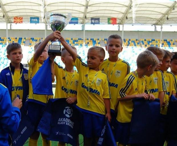 Młodzi piłkarze Arki Gdynia z pucharem.
