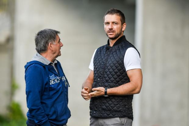 Prezes Wojciech Pertkiewicz (z prawej) przyznał, że otrzymał oficjalnie informacje o zmianach właścicielskich w Arce. Jednocześnie otrzymał zgodę, by kontynuować dotychczasowe zamierzenia, w tym transferowe nakreślone wspólnie z Edwardem Klejndinstem, dyrektorem sportowym klubu (z lewej).