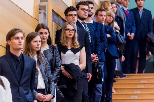 Absolwenci studiów I stopnia nie muszą oddawać legitymacji w dniu obrony.
