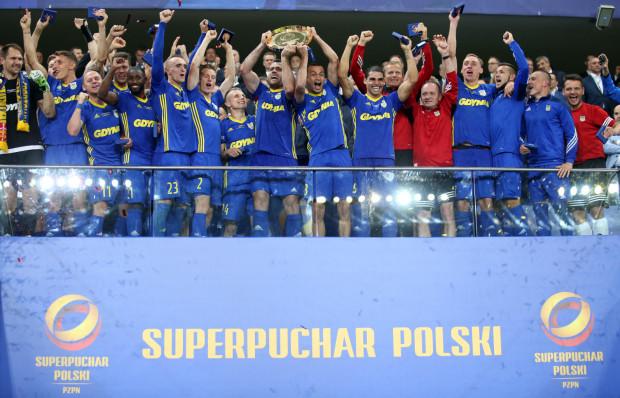 Piłkarze Arki z paterą za zdobycie Superpucharu Polski.