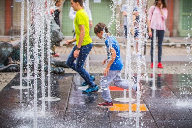 Podczas gdy dorośli siedzą na ławeczkach i odpoczywają, maluchy skaczą i pluskają się w wodzie. To dla nich z pewnością świetna zabawa.