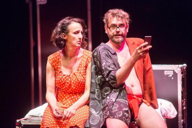 """Aktorzy grają po trzy różne postaci, których charakter podkreślają ich kostiumy i rekwizyty, np. sukienka w grochy Kate, czy telefon oraz efektowny """"słonik"""" Rossa."""