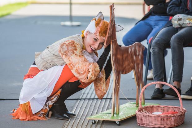 Dzieciom podobają się Sarna i Lis Mikita, grane przez najlepiej tańczącą w spektaklu i dobrze śpiewającą Hannę Łubieńską.