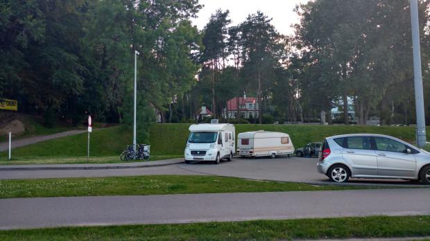 Podróżujący kamperami chętnie rozbijają obozowiska przy Bulwarze Nadmorskim.