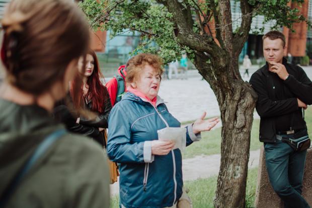 Pani Helena prowadzi spacery po stoczni szlakami pracujących tam 5 tysięcy kobiet - suwnicowych, biurowych, spawaczek, dyrektorek, pielęgniarek szpitala stoczniowego. Na jej ostatni spacer przyszło dwa razy więcej chętnych niż zapisanych na listę.