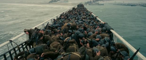 """W """"Dunkierce"""" Christopher Nolan przedstawia wycinek """"Operacji Dynamo"""", podczas której setki statków i łodzi, również cywilnych, wypłynęło z brytyjskich portów, by ratować uwięzionych na francuskiej plaży aliantów. Życie udało się ocalić ponad 300 000 żołnierzy."""