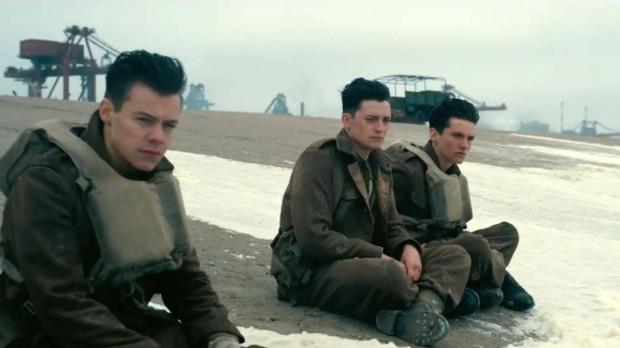 """""""Dunkierka"""", pomimo skromnej warstwy dialogowej, ograniczonej ekspozycji bohaterów i dość oszczędnych środków w ukazaniu ekranowej przemocy, kapitalnie oddaje klimat osaczenia i wojennej pułapki, w jakiej znaleźli się uwięzieni na plaży żołnierze."""