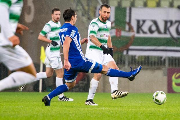 Jakub Wawrzyniak i Mario Maloca (w tle) z obrony z poprzedniego sezonu zachowali w niej miejsce także w  inauguracyjnym mecz w Płocku.