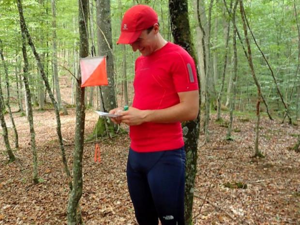 Potwierdzenie punktu kontrolnego w terenie poprzez podbicie performatorem odpowiedniego okienka na karcie startowej zawodnika
