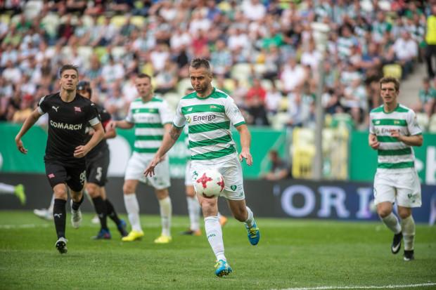Jeśli Lechia wypożyczy Mario Malocę, Jakub Wawrzyniak (z piłką) będzie ostatnim obrońcą w gdańskim zespole z tych, którzy w poprzednim sezonie najczęściej grali w podstawowym składzie.