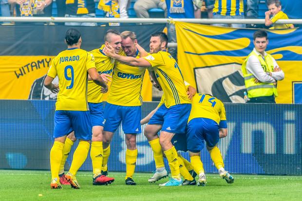 W takich strojach piłkarze Arki Gdynia zaprezentowali się na inaugurację ekstraklasy.