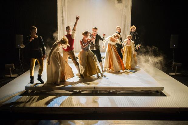 """Poza nurtem głównym również można znaleźć ciekawe spektakle. W nurcie SzekspirOFF w Malarni Teatru Wybrzeże wystąpi Teatru PAPAHEMA, który pokaże """"Poskromienie złośnicy"""" (na zdjęciu). Na festiwalu zobaczyć go będzie można 31 lipca."""