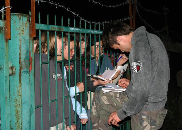 Maciej Zakościelny rozdaje autografy swoim wielbicielkom.