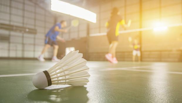 Deszcz nie przeszkadza w grze w badmintona pod dachem.