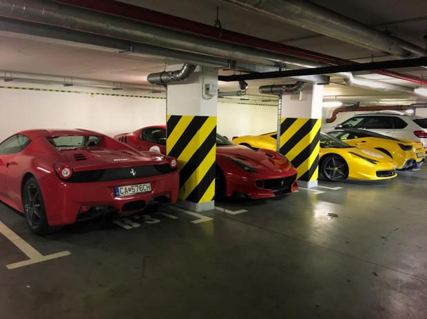 Auta zaparkują na parkingu podziemnym hotelu Sheraton.