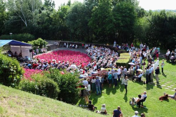 W niedzielne, lipcowe i sierpniowe popołudnia na Kamiennej Górze odbywają się tradycyjne Koncerty Muzyki Promenadowej. Wstęp jest bezpłatny.