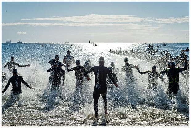 Triahtlon rozpoczyna się od pływania. Potem jest jazda na rowerze, a na końcu bieg.