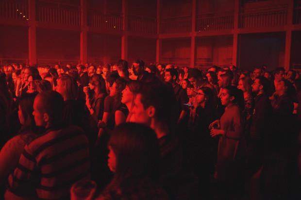 ...jak i na stojąco, gdy teatr zamienia się w salę koncertową, mogącą pomieścić nawet 1100 osób (na zdjęciu podczas koncertu Elijaha Wooda).