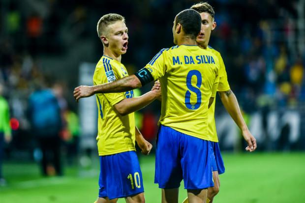 Trener i piłkarze Arki Gdynia z radością ponownie witają Mateusza Szwocha (nr 10). Na zdjęciu również Marcus i Damian Zbozień.