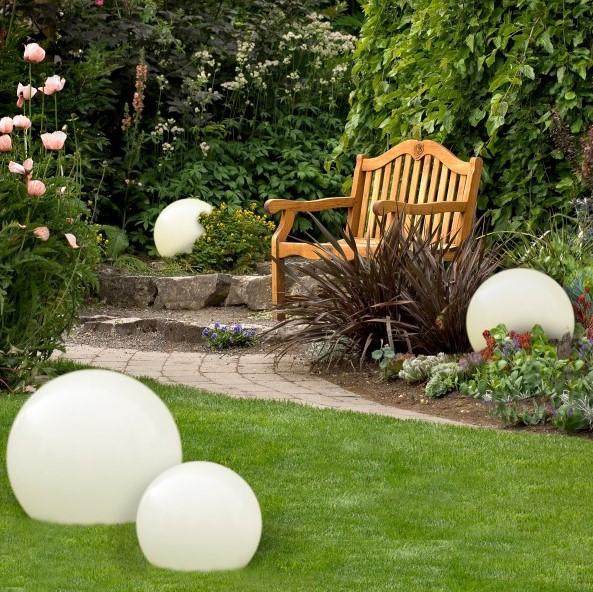 Kule świetlne w ciekawy sposób wkomponowują się w aranżację ogrodu.