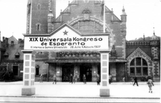 Specjalnie wzniesiona z okazji organizowanego w Gdańsku XIX Światowego Kongresu Esperantystów, witająca gości przed dworcem głównym, 1927 r. (ze zbiorów ÖNB Wien)