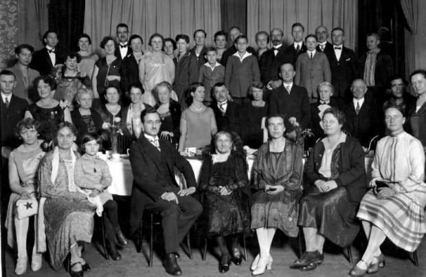 Członkowie Gdańskiego Towarzystwa Esperanto (założonego w 1907 r.) świętujący  87. urodziny swojej nestorki, Anny Tuschinski, 1928 r. (ze zbiorów ÖNB Wien)