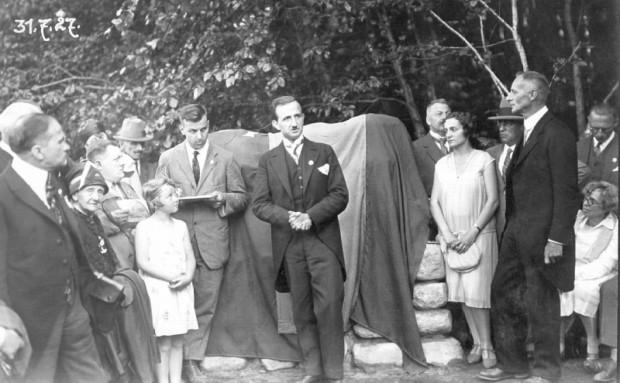 """Uroczystość odsłonięcia pamiątkowego pomnika obok posadzonego """"Dębu Esperantystów"""" w Sopocie, 31 lipca 1927 r. (ze zbiorów ÖNB Wien)"""