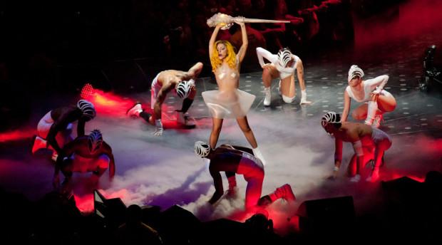 Tancerze, wyzywające kreacje i szalejący tłum, czyli Lady Gaga w swoim żywiole.