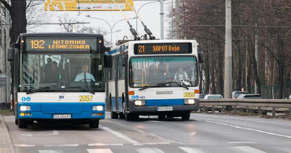 Najstarsze trolejbusy (nz. po prawej jeden z nich) wyprodukowano w 1993 r. jako autobusy, które następnie przebudowano i dostosowano do zasilania prądem.