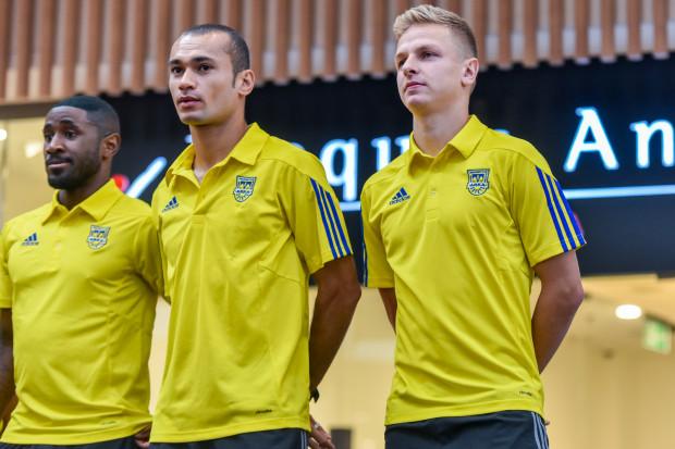 Mateusz Szwoch (z prawej) nie odczuwa, że ponad 2 miesiące nie było go w Arce Gdynia. O sile drużyny w dużej mierze decydują ci sami piłkarze. Są w niej nadal m.in. Yannick Sambea (z lewej) i Marcus (w środku).