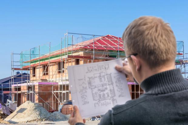 Wady nieruchomości mogą stać się zauważalne w trakcie budowy, przy jej odbiorze lub już po zakończeniu całej inwestycji. Na każdym z etapów klient jest chroniony prawem.