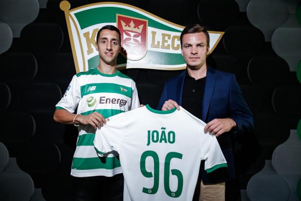 Joao Pedro Abreu De Oliveira (z lewej) został wypożyczony do Lechii Gdańsk do końca obecnego sezonu. Na zdjęciu z Januszem Melaniukiem, dyrektorem sportowym gdańskiego klubu.