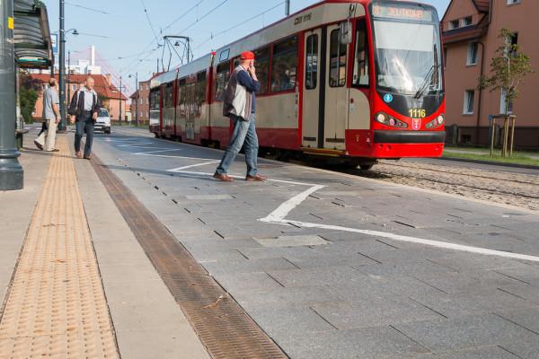 Tak wygląda po dwóch latach od oddania do użytku nawierzchnia jezdni w obrębie przystanków wiedeńskich na Przeróbce. Wkrótce zostanie zastąpiona kostką granitową.