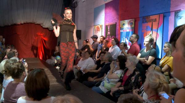 """Podczas """"Almodramy"""" siedem drag queen zaprezentowało się na wybiegu w klubie Dwie Zmiany. Na zdjęciu Vanessa Odesa podczas swojego występu."""