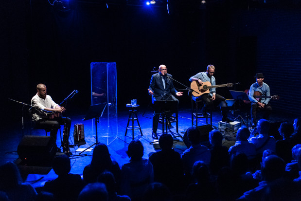 Na scenie Teatru Atelier Piotra Machalica bardzo dobrze wykonuje piosenki Wojciecha Młynarskiego z towarzyszeniem trzyosobowego zespołu.