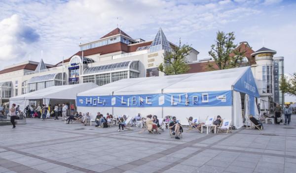 Literacki Sopot dzięki Targom Książki na Placu Przyjaciół Sopotu jest świetnie widoczny w centrum miasta. Strefa relaksu na leżakach obok namiotu targów cieszyła się sporym powodzeniem przez całą imprezę.