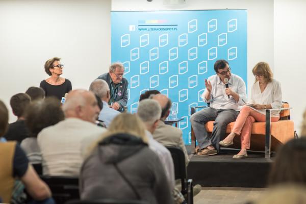 """Jednym z głównych gości imprezy był Javier Cercas (z mikrofonem), który w rozmowie z Adamem Michnikiem i Ewą Zalewską mówił o sytuacji współczesnej Hiszpanii, którą opisuje w książkach """"Oszust"""" czy """"Anatomia chwili""""."""