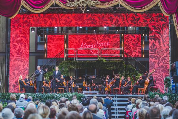 Podczas inauguracji festiwalu zagrali goście ze Słowacji - Slovak Sinfonietta, pod dyr. Pawła Przytockiego. Jan Łukaszewski, dyrektor festiwalu Mozartiana, został natomiast oficjalnie poinformowany, że Miasto Gdańsk przedłużyło mu umowę na kierowanie Polskim Chórem Kameralnym na kolejne 5 lat.