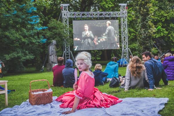 Klasyka i współczesność - mali aktorzy z Teatru Komedii Valldal wtapiali się w tłum, nie wychodząc ani na chwilę ze swojej roli.