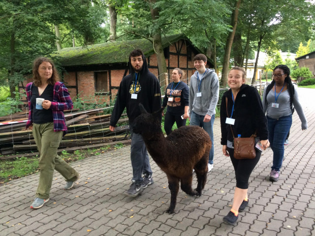 Młodzi naukowcy z Wright State University obserwowali codzienne rytuały zwierząt w gdańskim zoo.