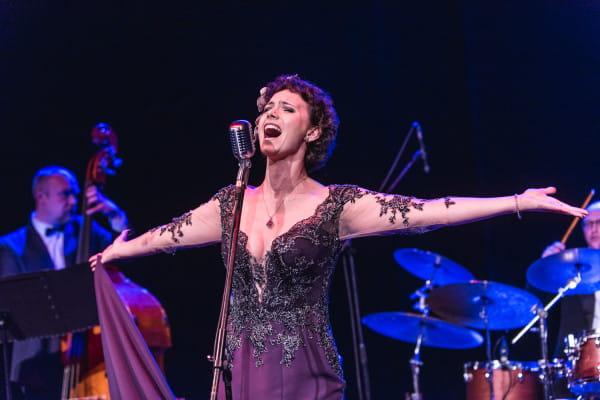 Koncert Krystyny Durys był tak naprawdę słowno-muzycznym widowiskiem, gdzie piosenki stanowiły muzyczną ilustrację do opowieści o życiu i twórczości Elli Fitzgerald.