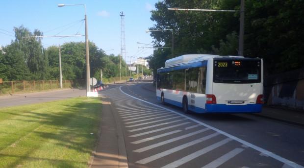 W tym miejscu ul. Janka Wiśniewskiego zaczyna się wydzielony pas, po którym jeździć mogą tylko autobusy.
